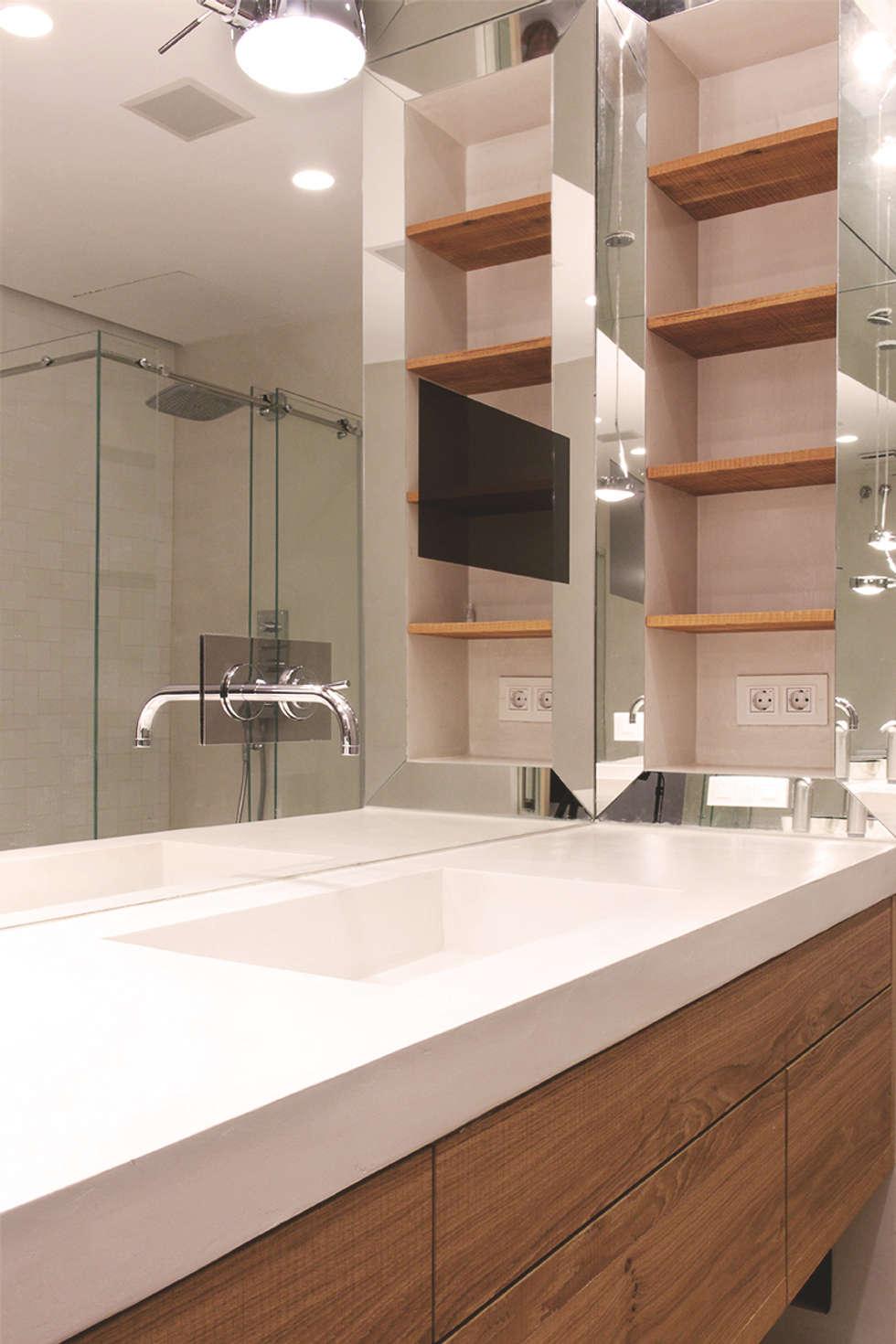 Baños de estilo moderno por Miriam Barrio