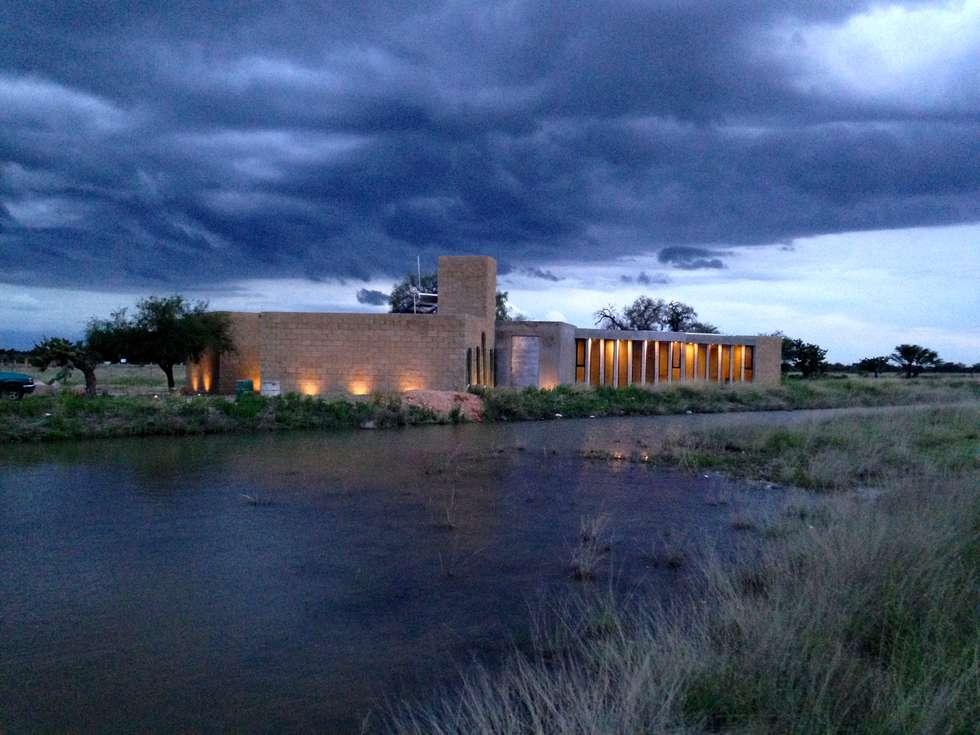 Fachada principal.: Casas de estilo rural por Paramétrica Arquitectos