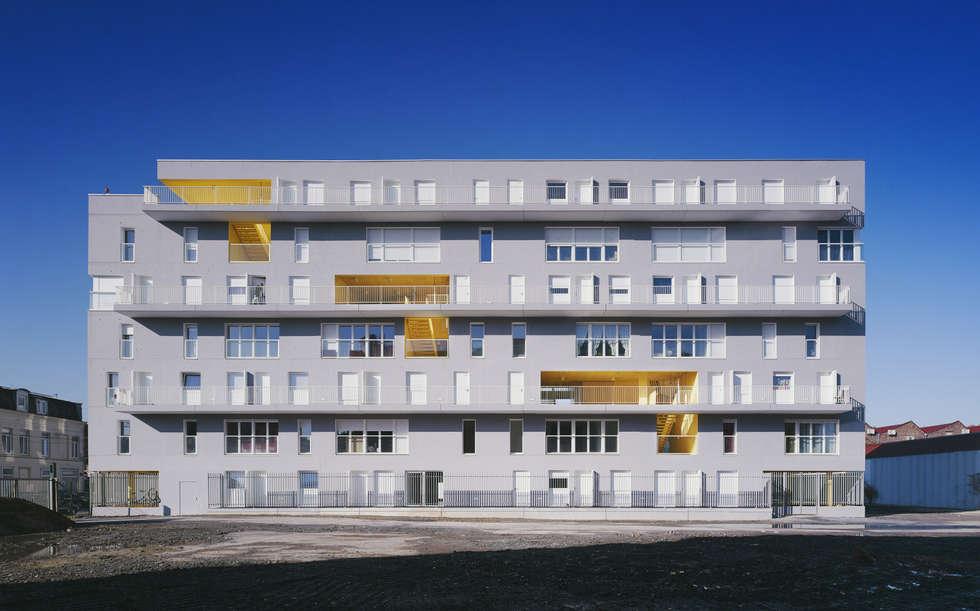 6_VUE FRONTALE COTE FUTUR ESPACE PUBLIC:  de style  par sophie delhay architectes