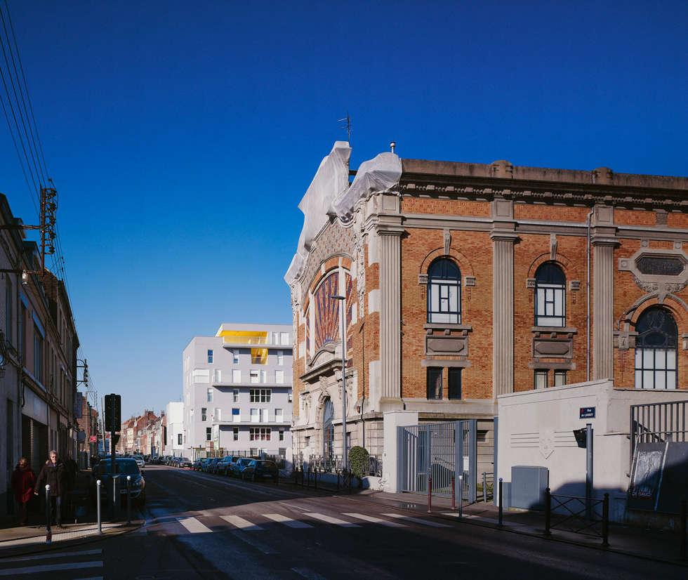 4_DEPUIS LA RUE DE LANNOY:  de style  par sophie delhay architectes