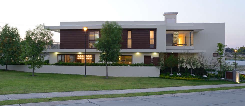 Fachada lateral Casa GL: Casas de estilo moderno por VICTORIA PLASENCIA INTERIORISMO