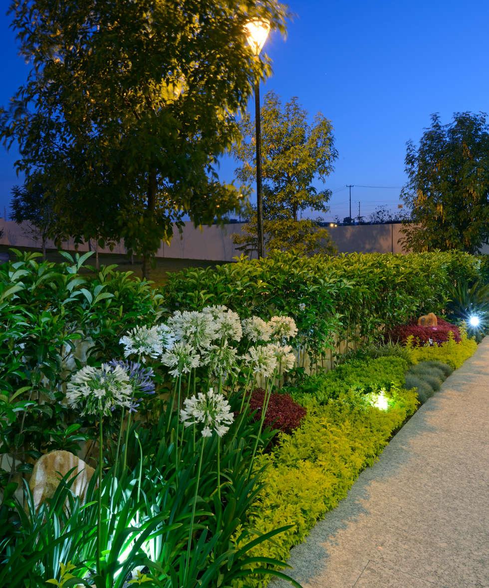 Jardines Casa GL: Jardines de estilo moderno por VICTORIA PLASENCIA INTERIORISMO