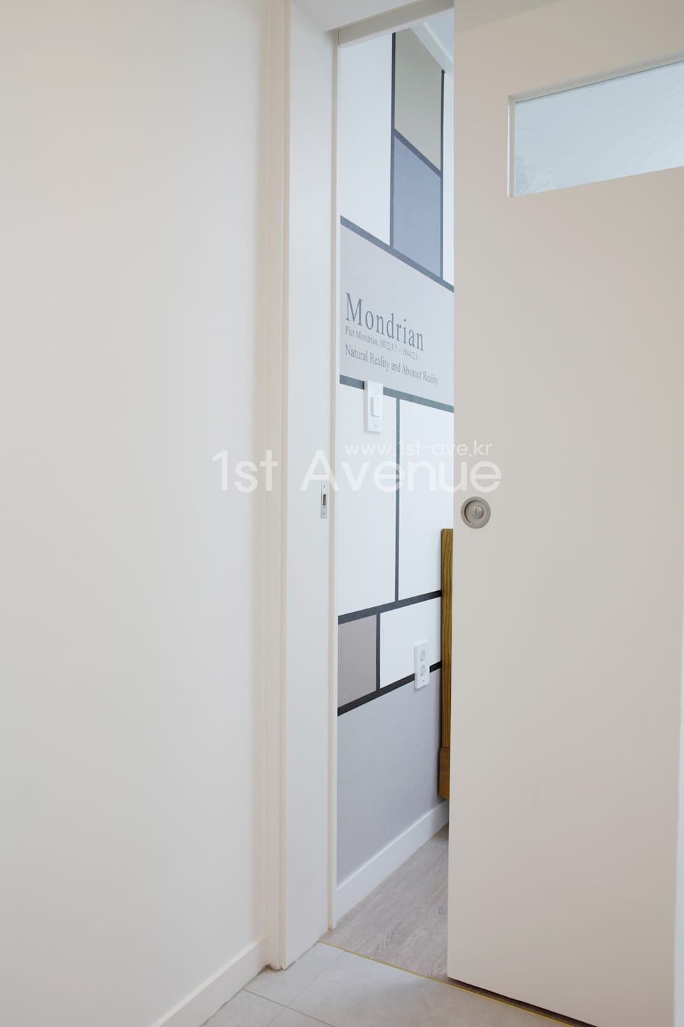 심플한 화이트 인테리어의 환골탈태: 퍼스트애비뉴의  침실