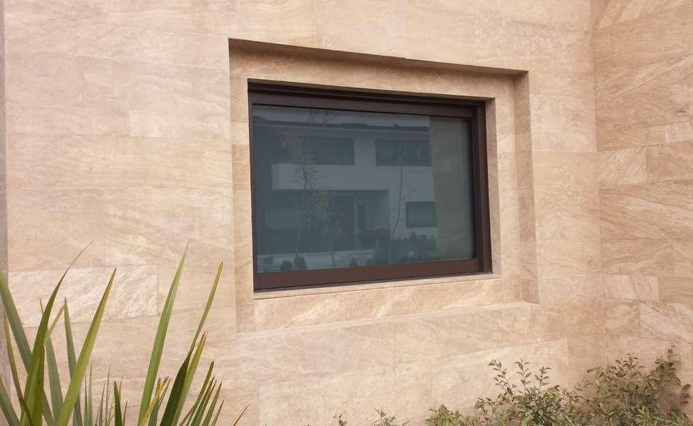Ventana Corrediza entre muros: Baños de estilo  por Productos Cristalum