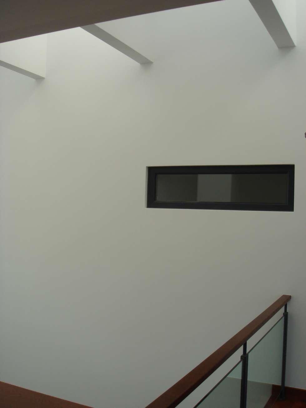 House Gui and Gus - Verdizela: Closets modernos por ASPMM, Arquitectos