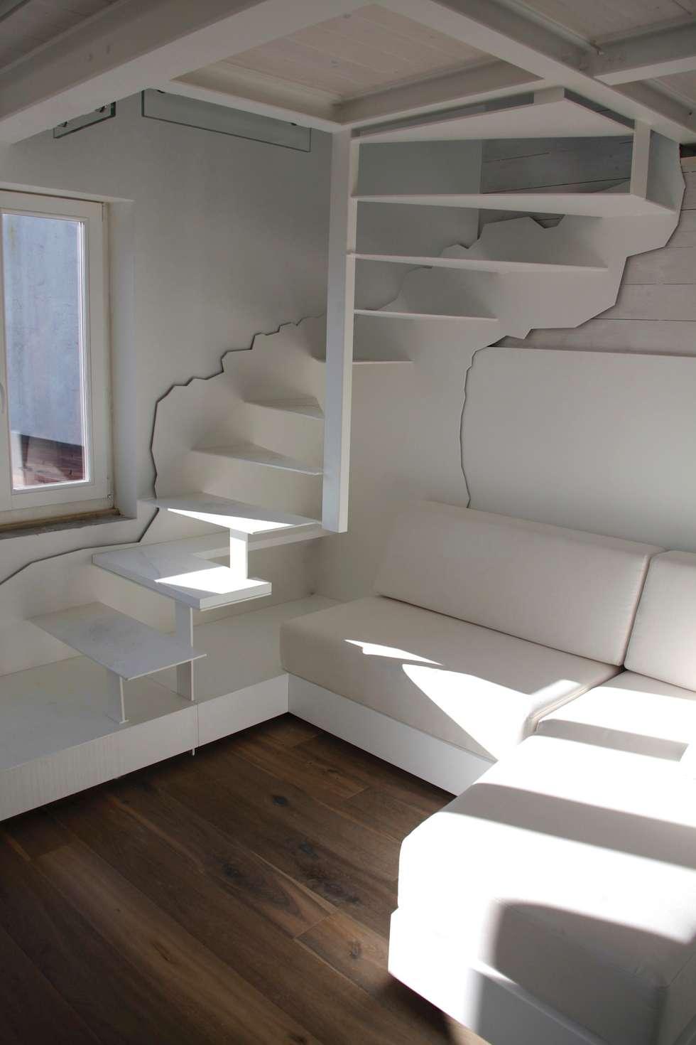 Scala in acciaio: Ingresso & Corridoio in stile  di Mangodesign