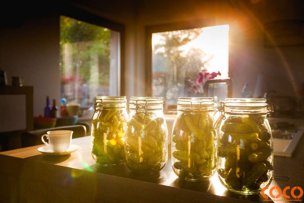 COCO dom naturą malowany: styl , w kategorii Kuchnia zaprojektowany przez COCO Pracownia projektowania wnętrz