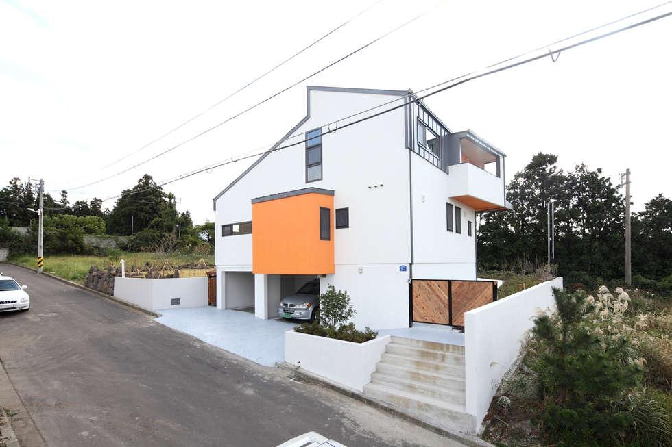 경사지를 십분 활용한 개러지 하우스: 주택설계전문 디자인그룹 홈스타일토토의  주택