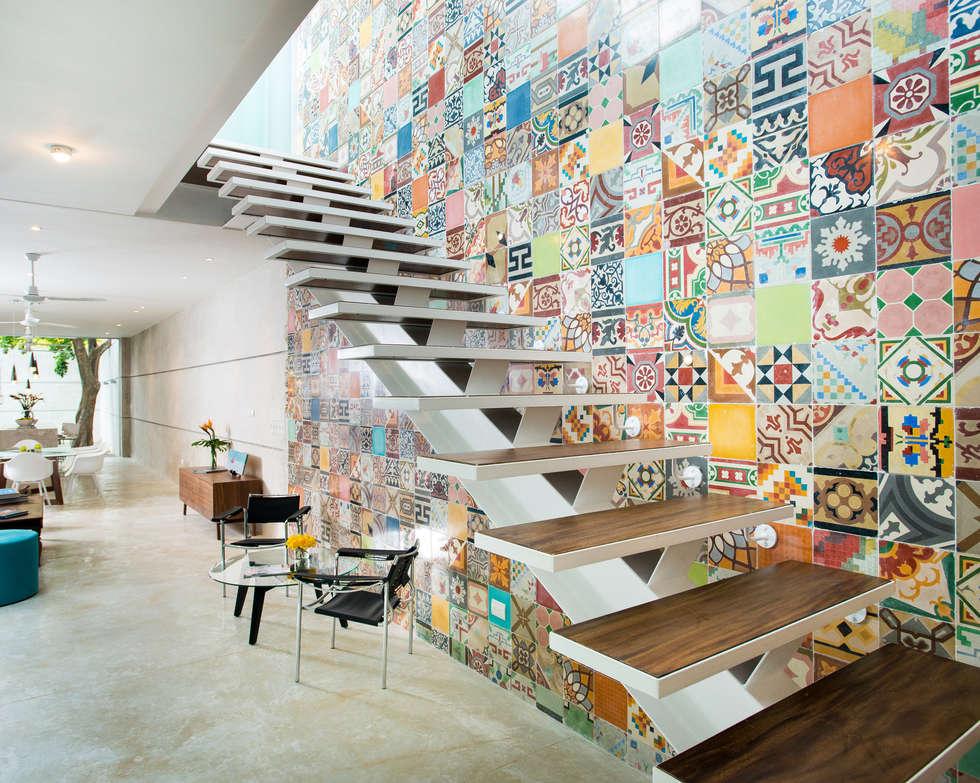 Pasillos, vestíbulos y escaleras de estilo  por HPONCE ARQUITECTOS
