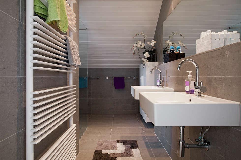 Zeewolde: moderne Badkamer door Hans Been Architecten BNA BV