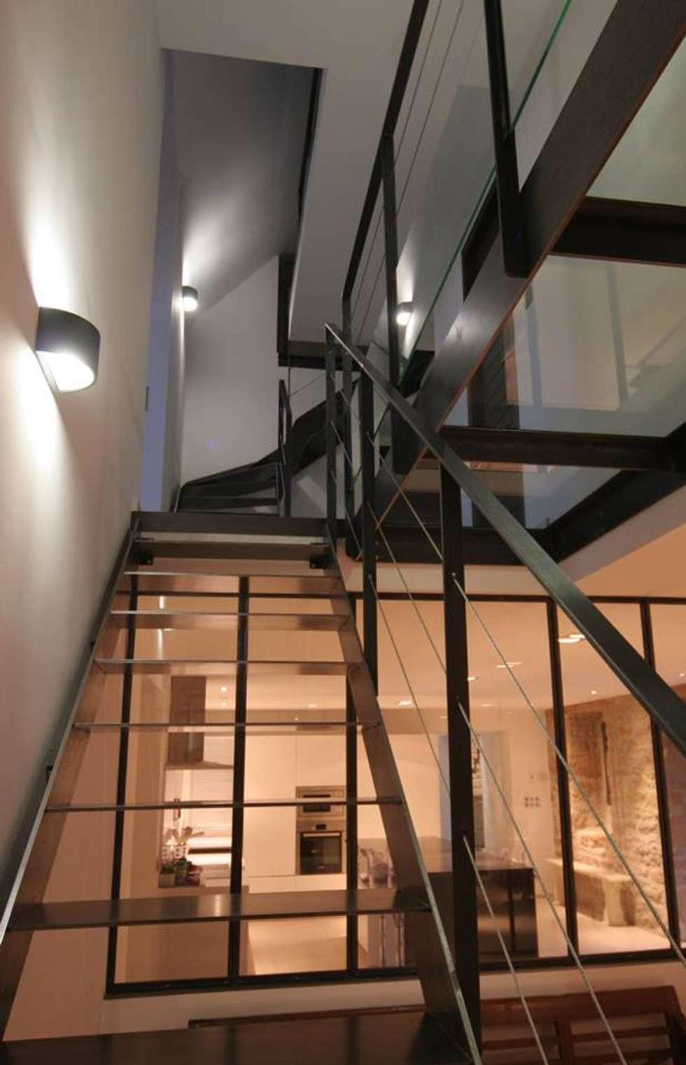 Verrière, escalier et passerelle en acier: Couloir et hall d'entrée de style  par Tabary Le Lay