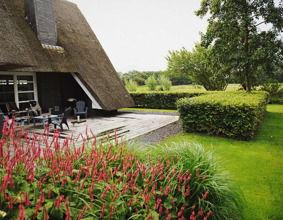 Royaal houten terras: landelijke Tuin door Boekel Tuinen