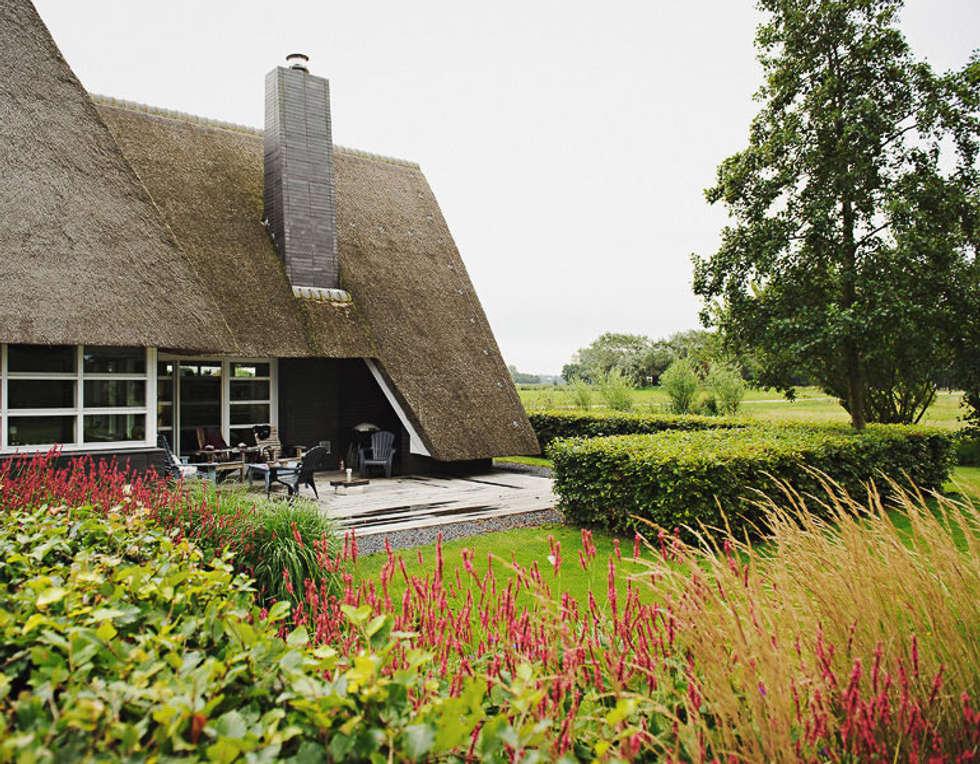 Groene architectuur: landelijke Tuin door Boekel Tuinen