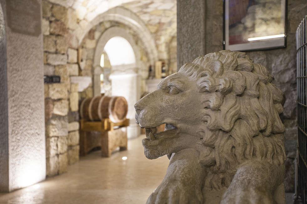 L'espressione del Leone: Cantina in stile in stile Rustico di Quintarelli Pietre e Marmi Srl