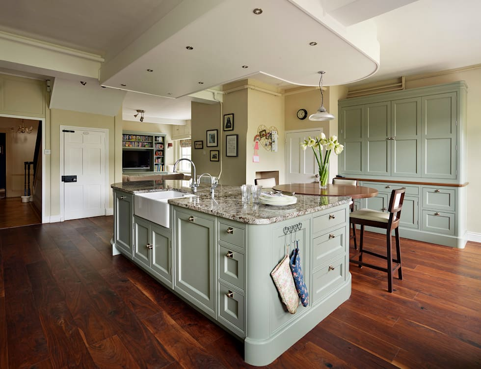 Interior design ideas redecorating remodeling photos for Traditional english kitchen design