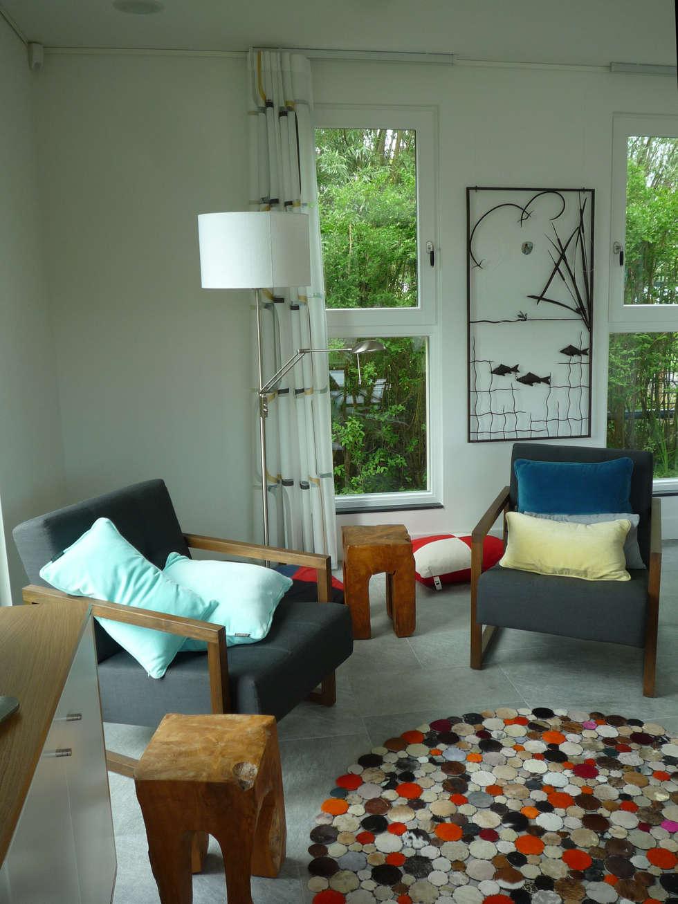 een vriendelijke inrichting met teakhouten meubels: landelijke Woonkamer door Architectenbureau Rutten van der Weijden