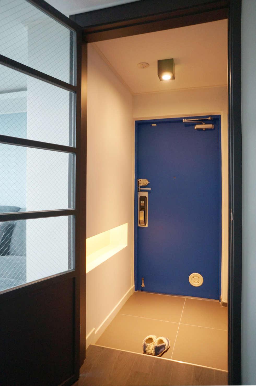 블루 포인트 컬러의 현관: 마르멜로디자인컴퍼니의  복도 & 현관