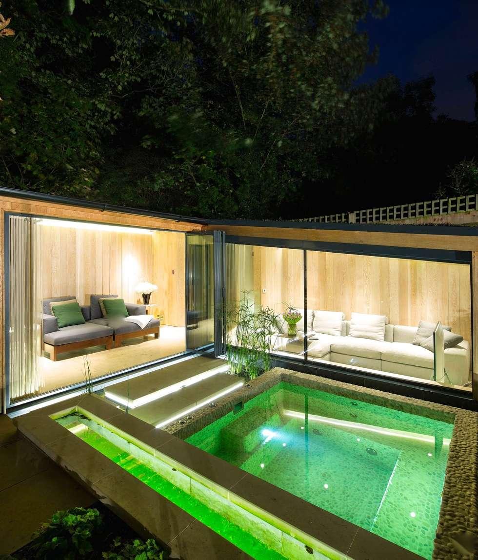 Haus mit garten und pool  Garten haus: moderner pool von paul marie creation | homify