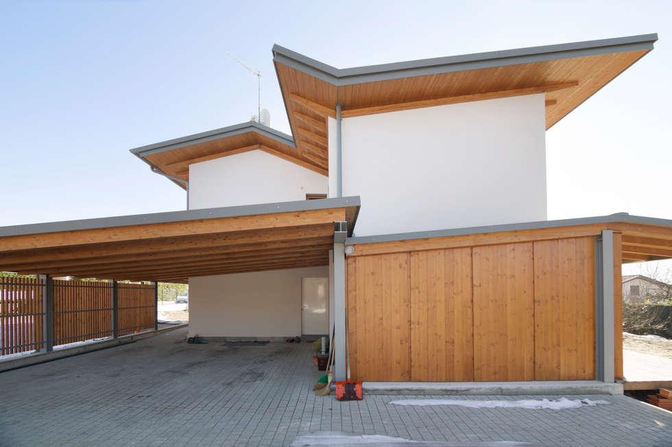 esterno casa in legno: Case in stile in stile Moderno di Novello Case in Legno
