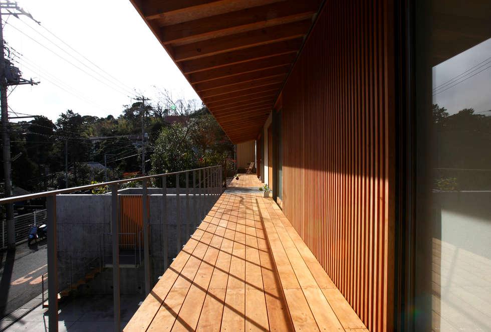 atami kk-house: 株式会社コヤマアトリエ一級建築士事務所が手掛けたベランダです。