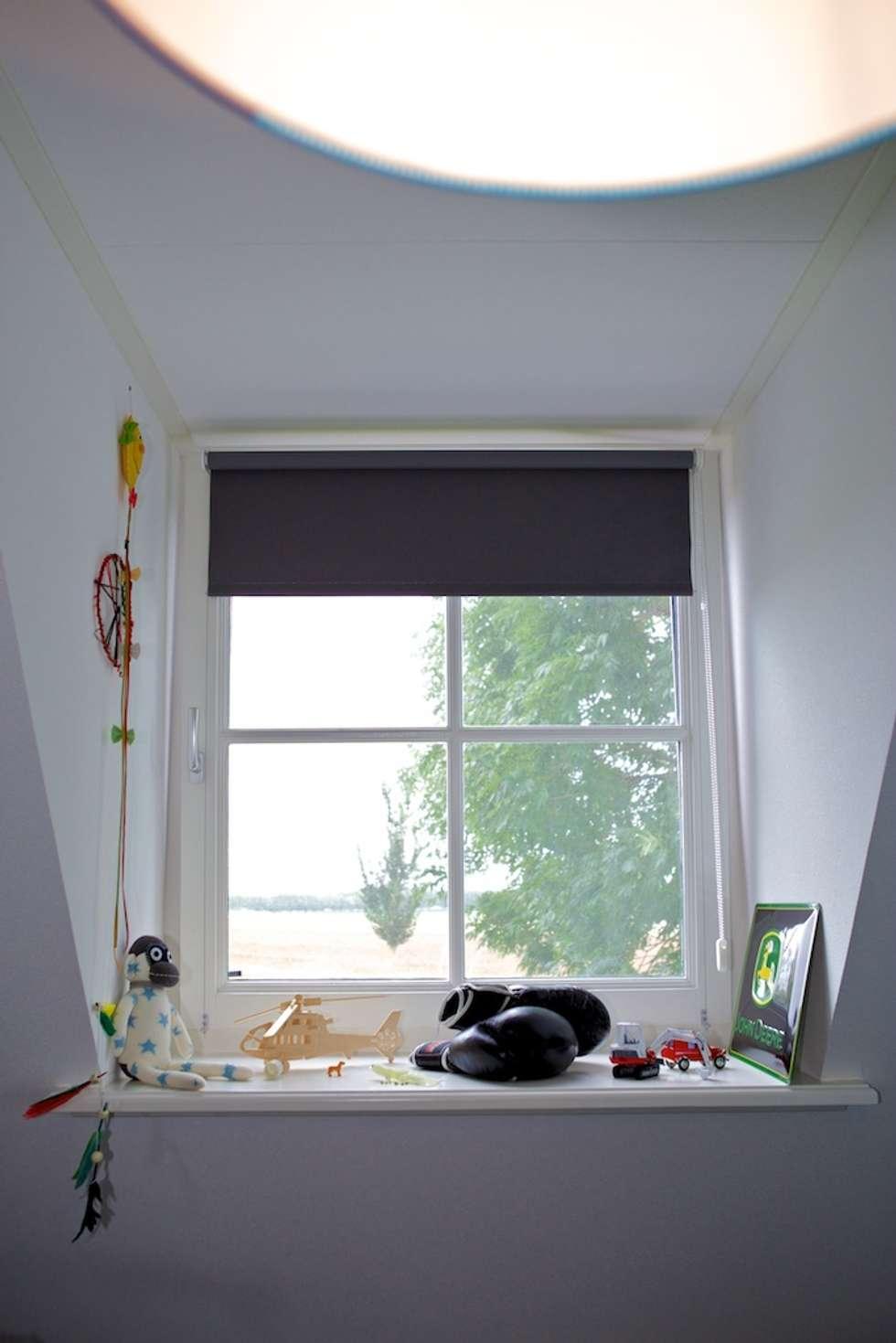 Stoere decoratie bij raam jongenskamer: moderne Kinderkamer door Aangenaam Interieuradvies
