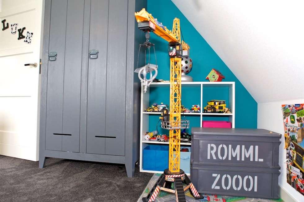 speelhoek in jongenskamer: moderne Kinderkamer door Aangenaam Interieuradvies