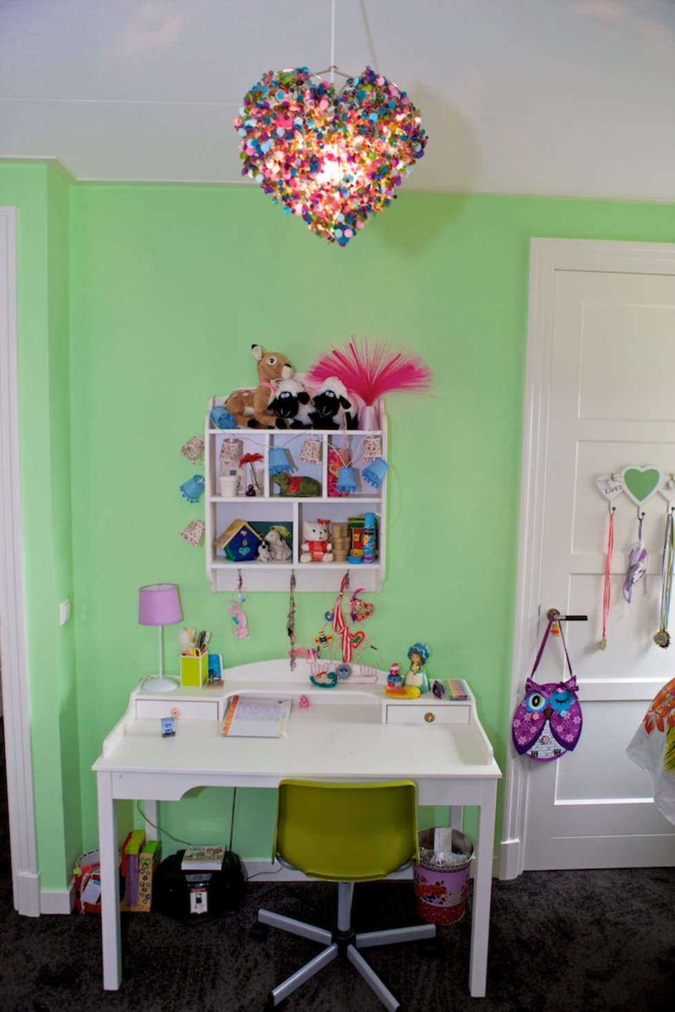 Bureau meisjeskamer: moderne Kinderkamer door Aangenaam Interieuradvies