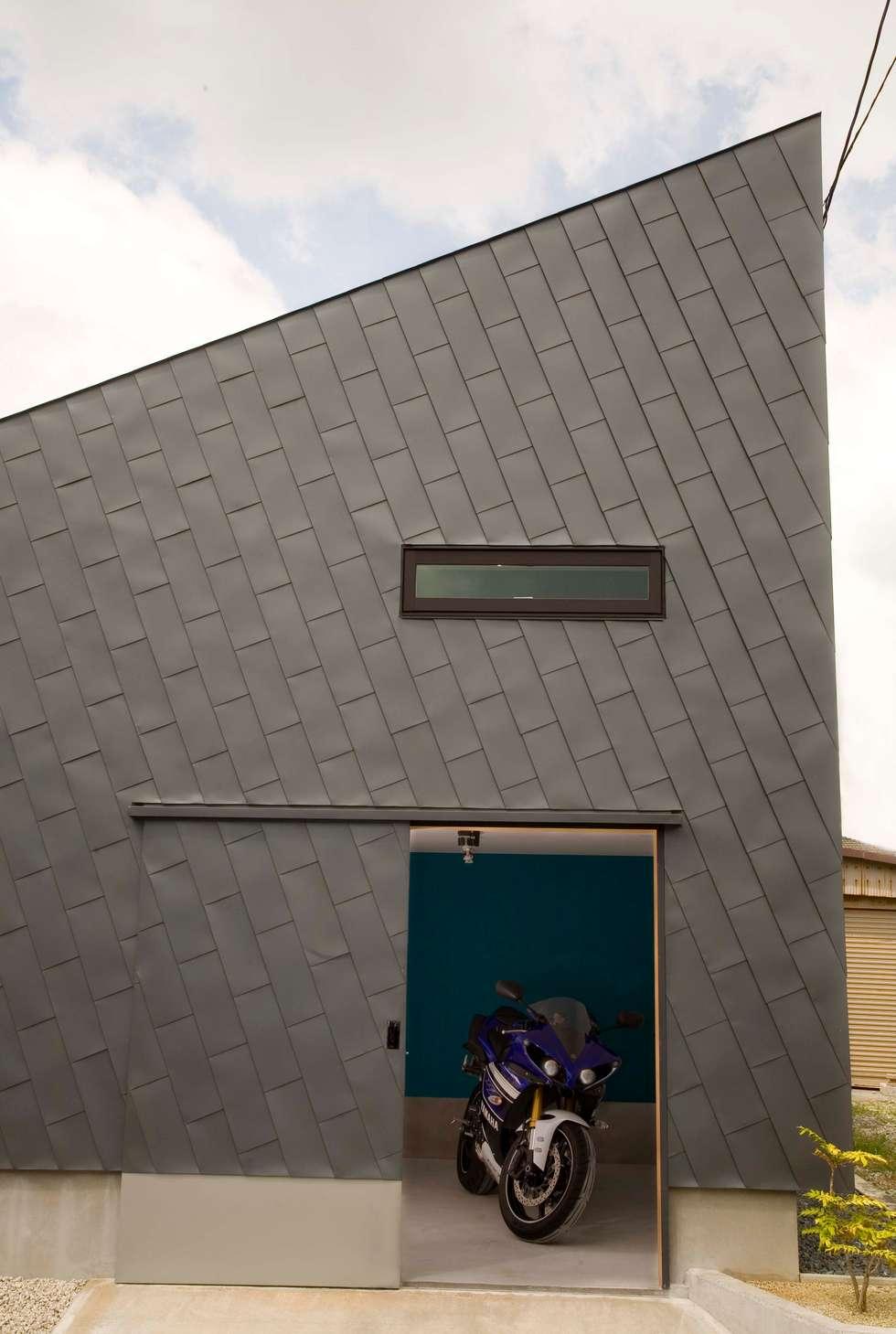 袋井の家 バイク用ガレージ: 木名瀬佳世建築研究室が手掛けたガレージです。