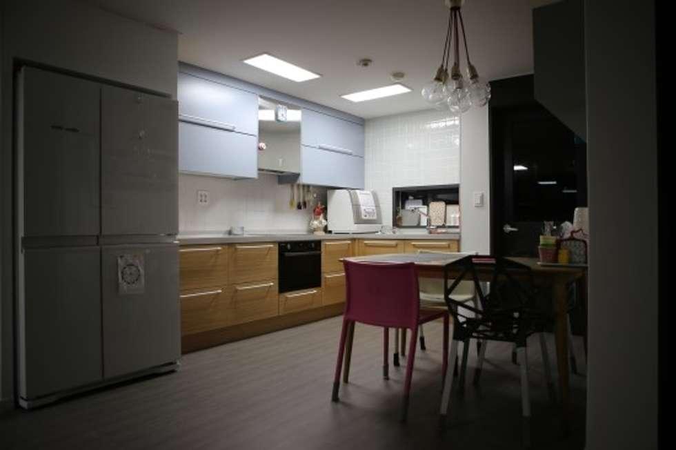 주방 : 시선을 확장시키는 주방인테리어: The livingfactory의  다이닝 룸