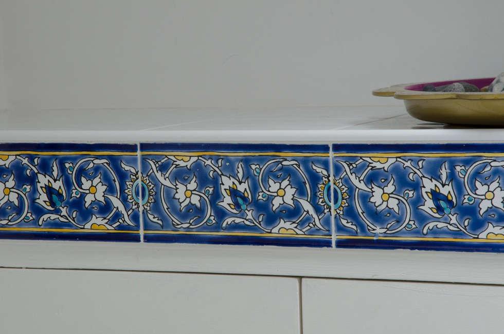 detail de la frise : Salle de bains de style  par Sophie Embs