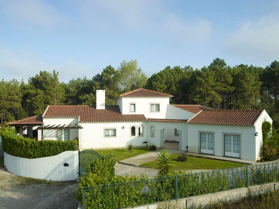 Moradia com telhado F3+: Casas clássicas por CS Coelho da Silva SA
