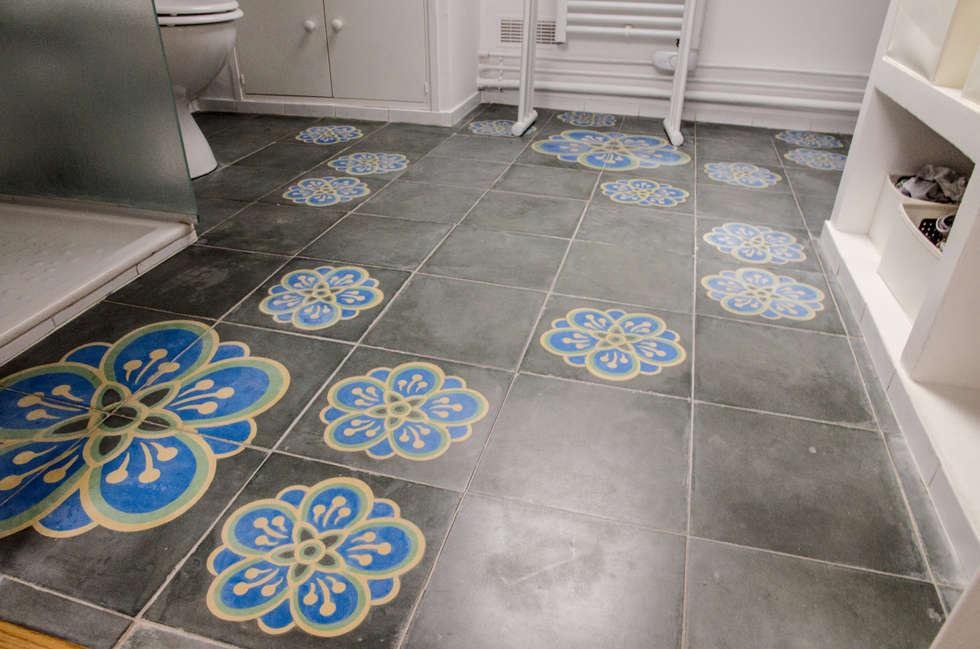 sol en carreaux de ciment : Salle de bains de style  par Sophie Embs