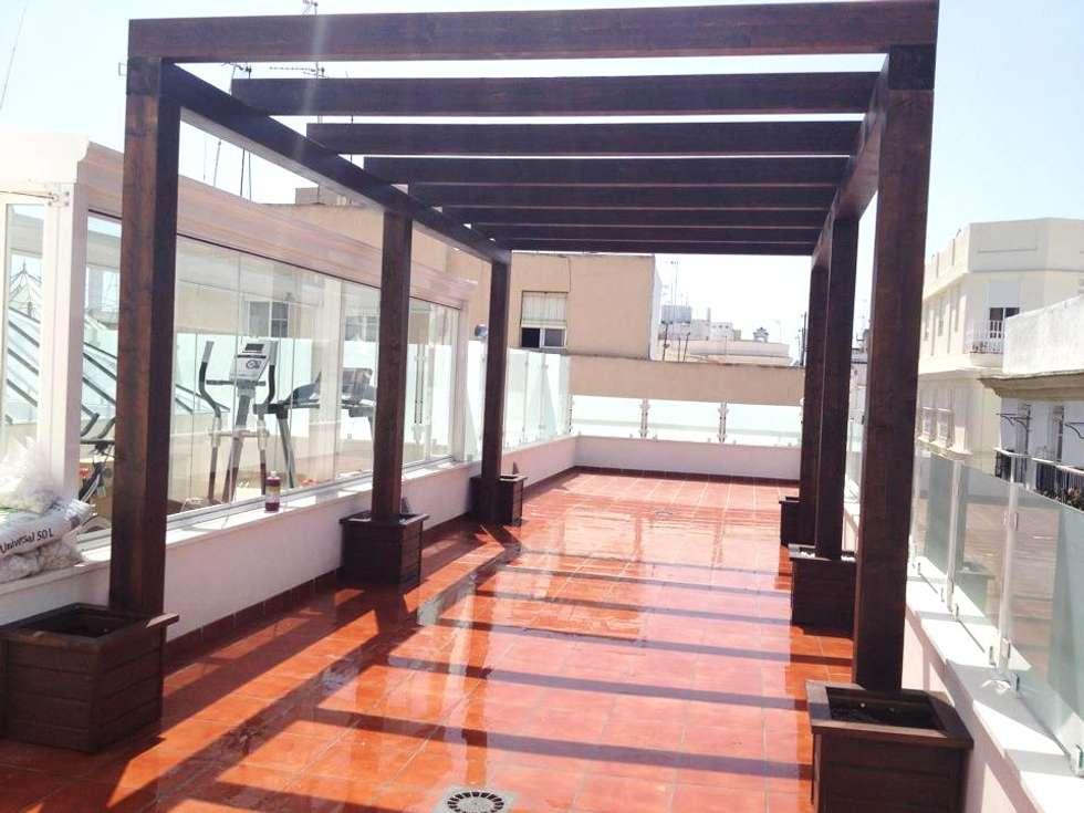 gimnasio de cristal lumon y techo movible de cristal terraza con pergola de madera en