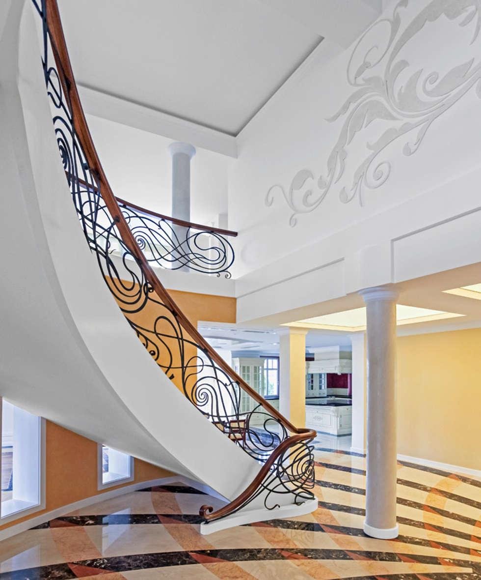 ST490 Schody gięte z ręcznie kutą stalową balustradą / ST490 Curved Stairs With Hand Wrought Steel: styl , w kategorii Korytarz, przedpokój zaprojektowany przez Trąbczyński