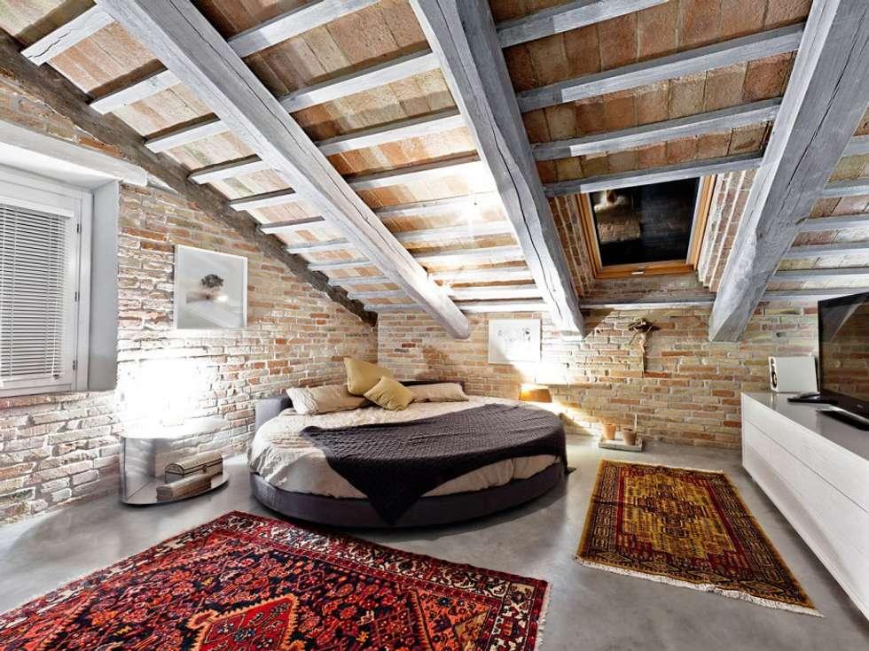 Dormitorios de estilo rural por Opera s.r.l.