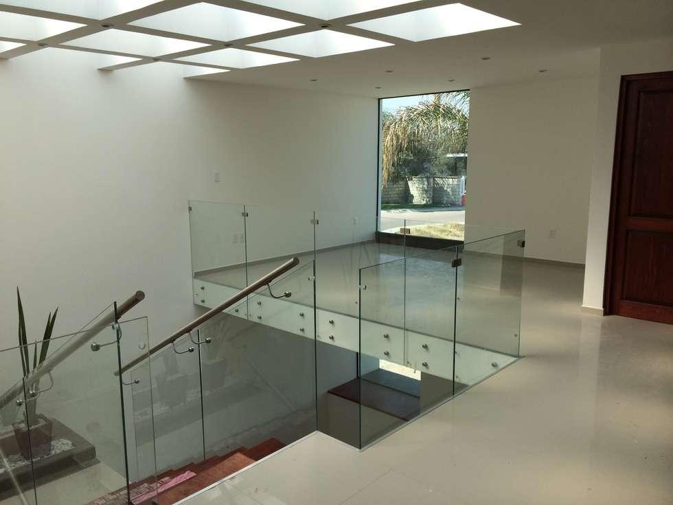 Estudio: Estudios y oficinas de estilo moderno por Ambás Arquitectos