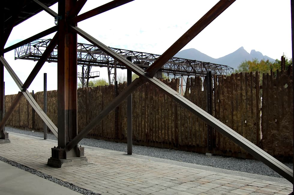 Patio de exposiciones: Museos de estilo  por HARARI LANDSCAPE