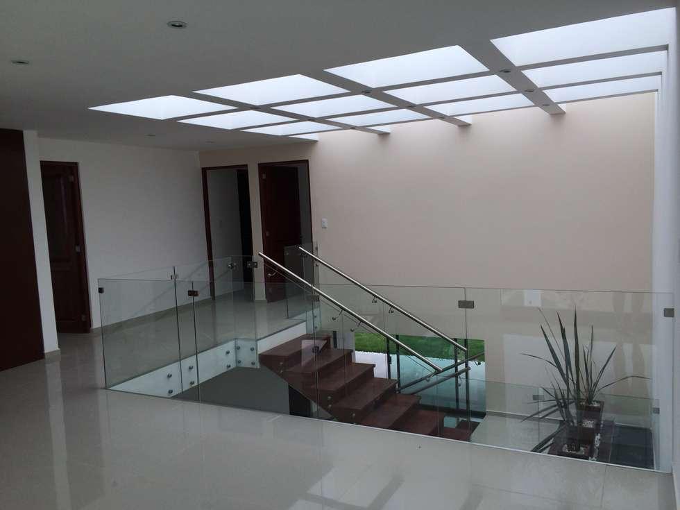 Vestíbulo de Planta Alta: Pasillos y recibidores de estilo  por Ambás Arquitectos