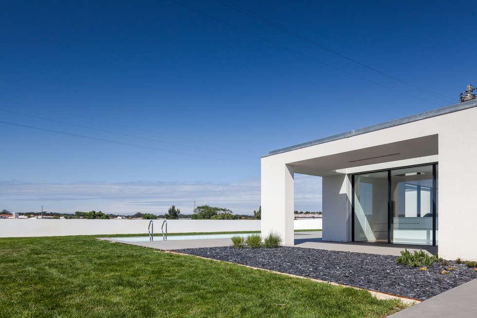 Casa em Gandra - Raulino Silva Arquitecto: Piscinas minimalistas por Raulino Silva Arquitecto Unip. Lda