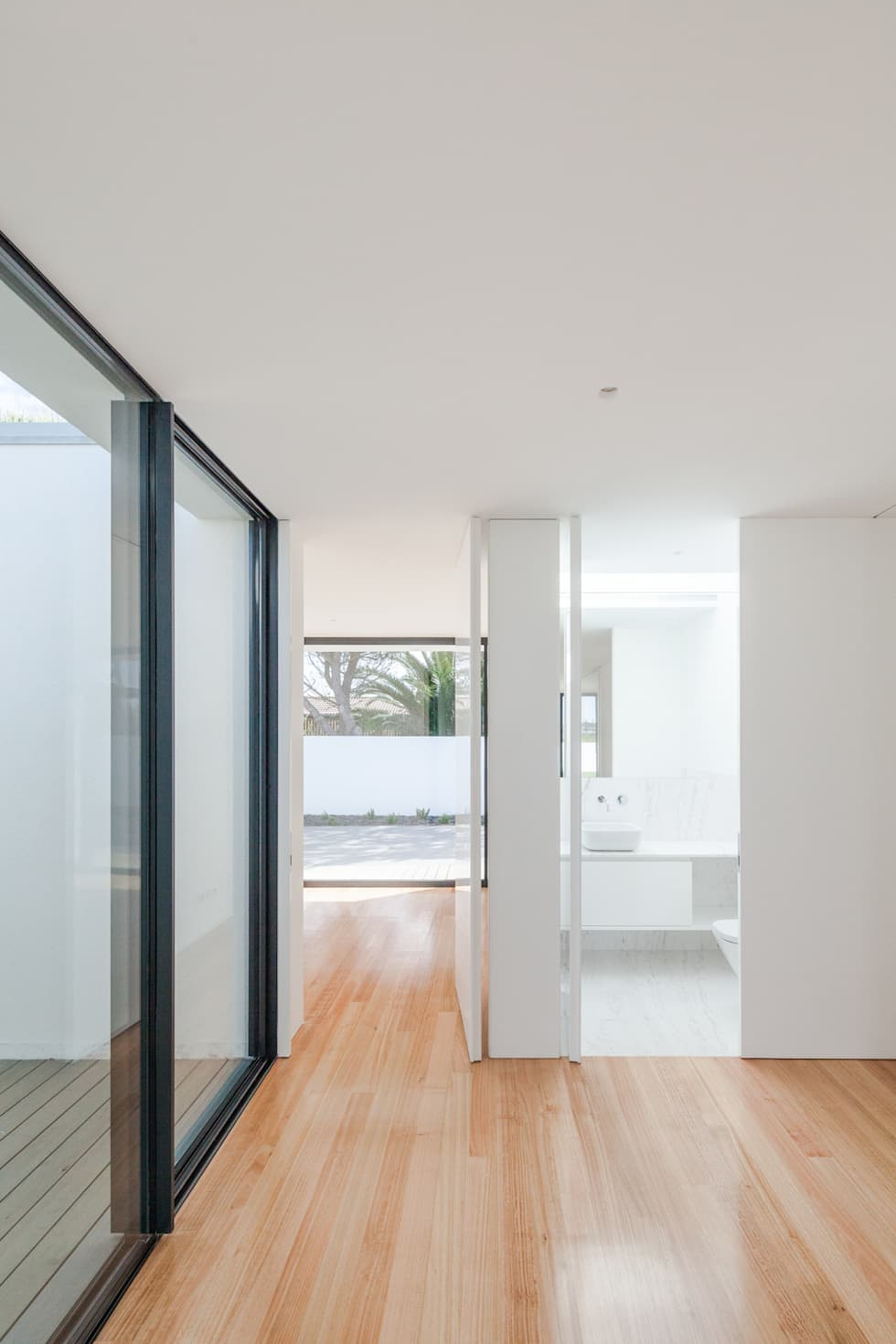 Casa em Gandra - Raulino Silva Arquitecto: Corredores e halls de entrada  por Raulino Silva Arquitecto Unip. Lda