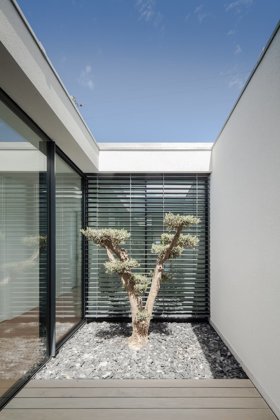 Casa em Gandra - Raulino Silva Arquitecto: Jardins minimalistas por Raulino Silva Arquitecto Unip. Lda