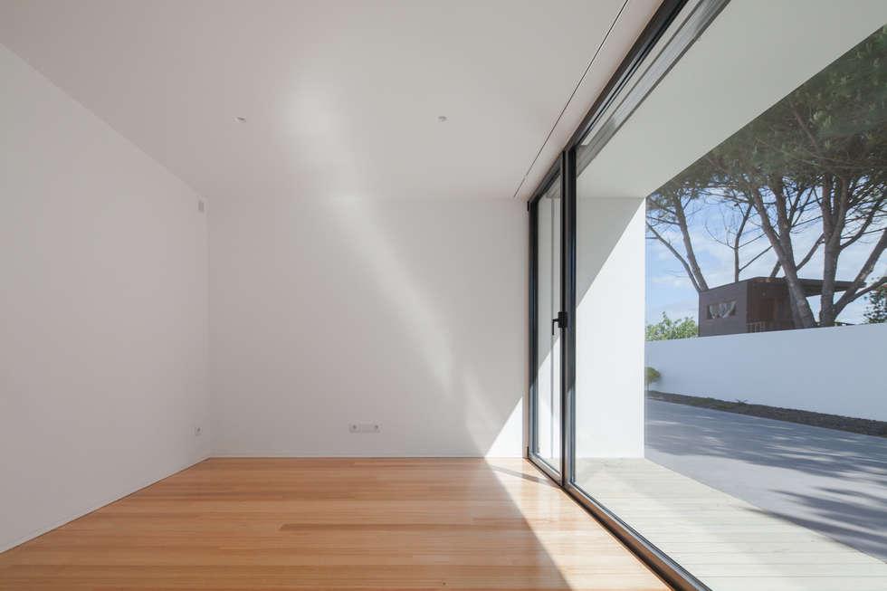 Casa em Gandra - Raulino Silva Arquitecto: Quartos minimalistas por Raulino Silva Arquitecto Unip. Lda