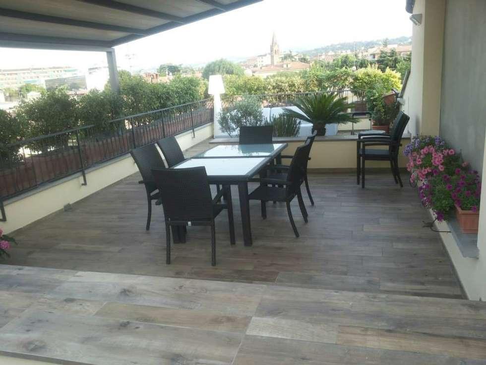 Terrazza esterna presso abitazione privata - Bologna centro : Terrazza in stile  di Benuzzi srl