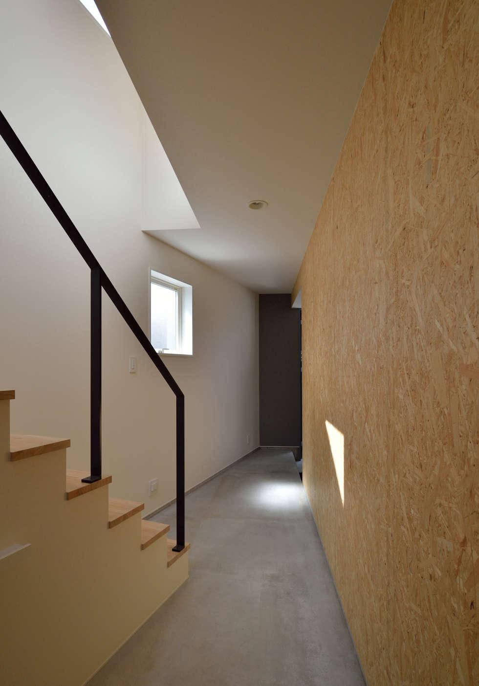 玄関土間: 株式会社ブレッツァ・アーキテクツが手掛けた廊下 & 玄関です。