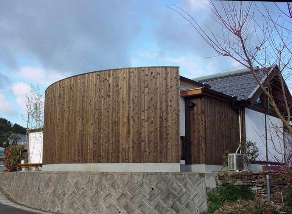 小さな家の増築: 松永鉄快建築事務所が手掛けた家です。