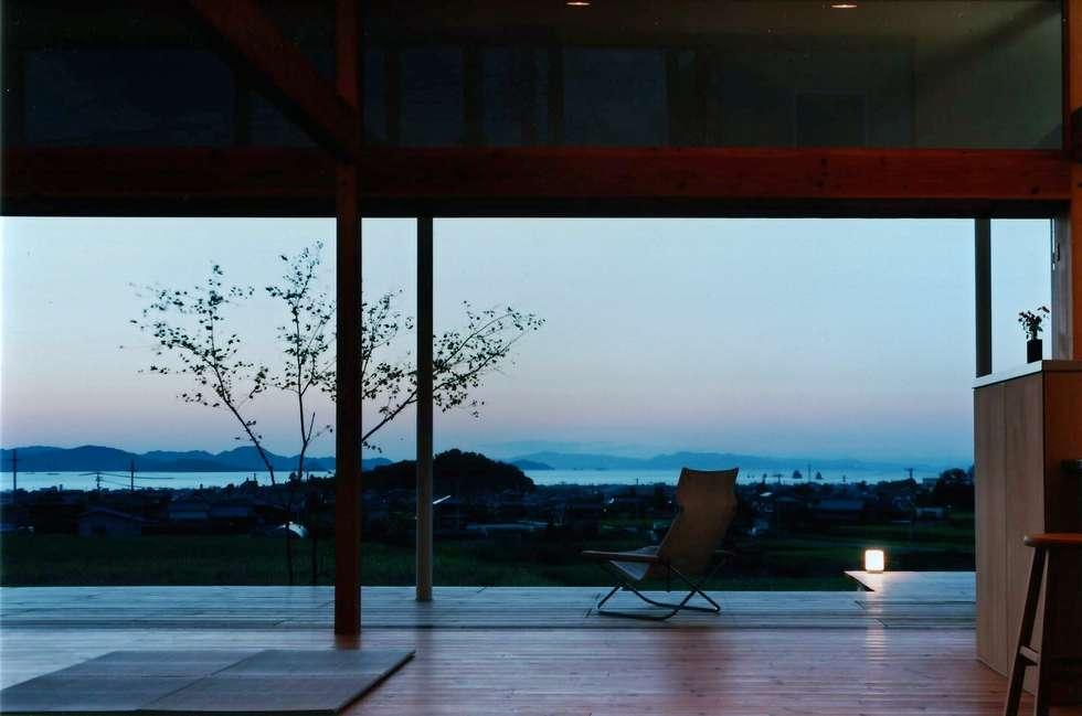 郷風-Satoburi-: 松永鉄快建築事務所が手掛けたリビングです。