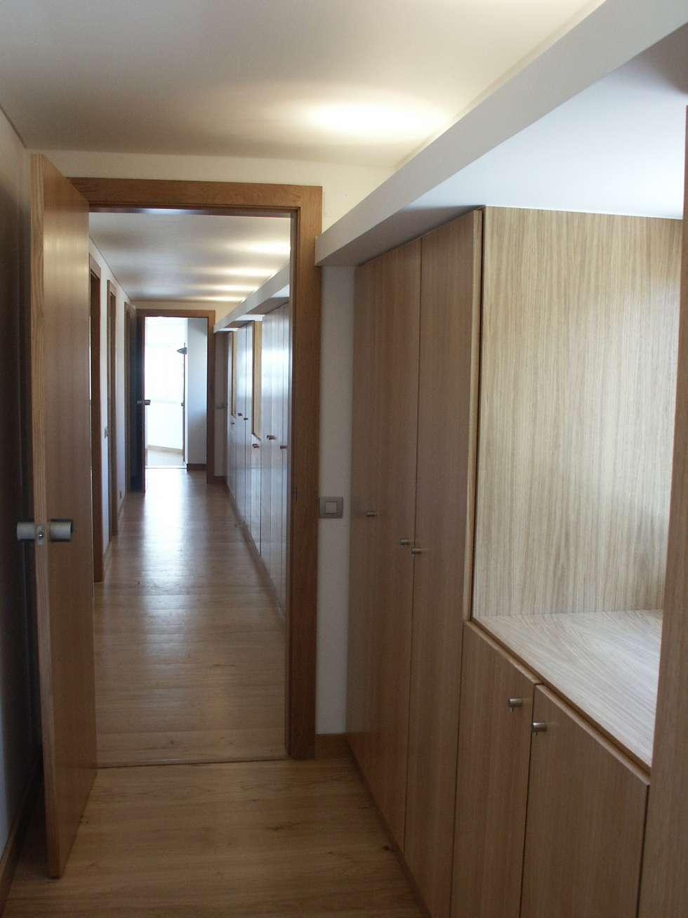 Circulações interiores e arrumos: Corredores e halls de entrada  por Pardal Monteiro Arquitetos, lda