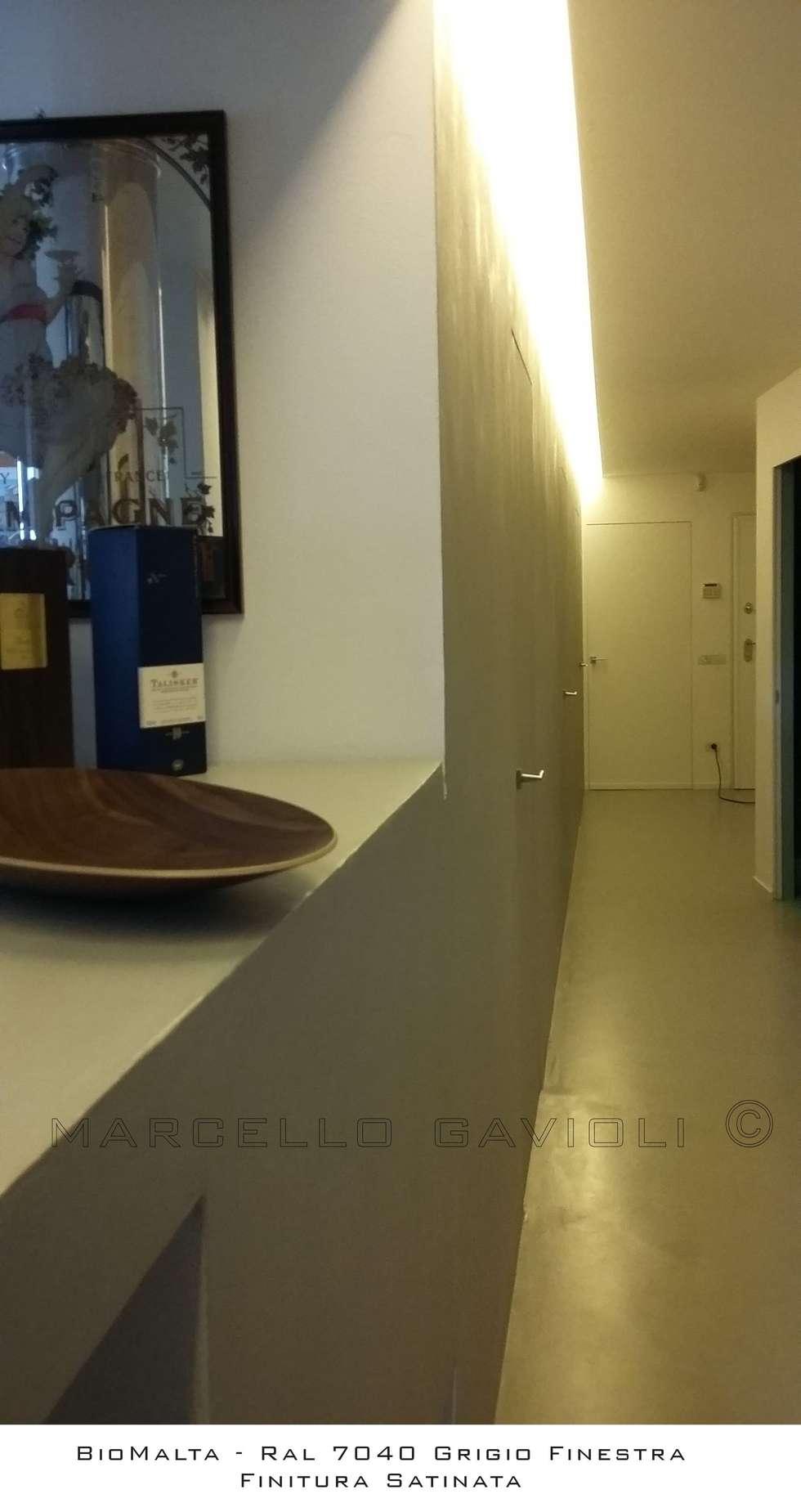Siena Minimal resina BioMalta: Ingresso & Corridoio in stile  di Marcello Gavioli