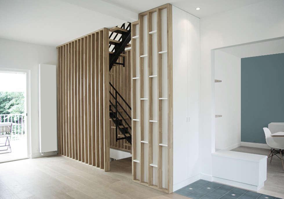 Entrée + vue sur l'escalier : Couloir et hall d'entrée de style  par Yeme + Saunier