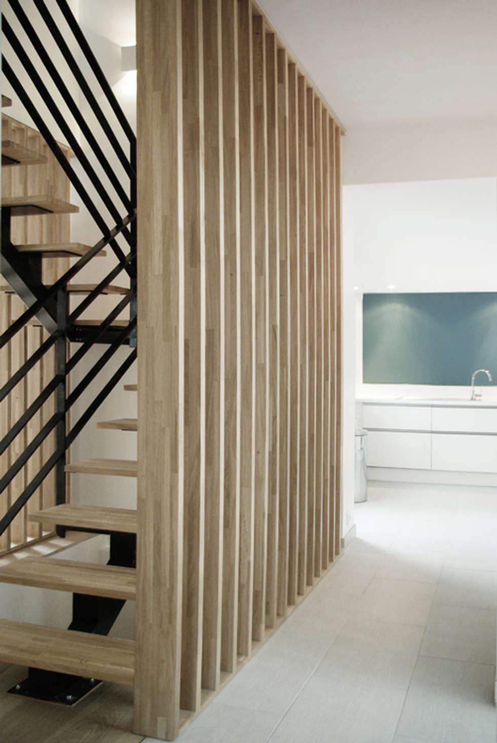 Détail Escalier +cuisine: Couloir et hall d'entrée de style  par Yeme + Saunier